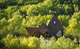 Abgelegenes Haus in einem Waldgrünfall Stockfoto