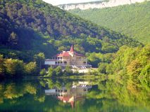 Abgelegenes Hotel auf dem See Justinian, Krim Stockfotos