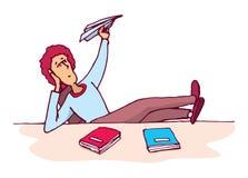 Abgelenkter Student, der eine Papierfläche wirft Stockfotos