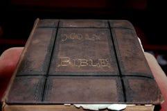 Abgenutzte alte Bibel stockbilder