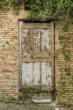 Abgenutzte alte Holztür Italien Stockfoto