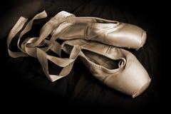 Abgenutzte Ballett-Schuhe (Sepia) Stockfotos