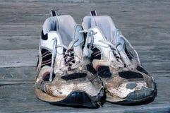 Abgenutzte laufende Schuhe Stockfotos