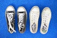 Abgenutzte Segeltuch-Schuhe Stockfotos