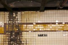 Abgenutzte Wände des U-Bahn-Systems Stockbilder