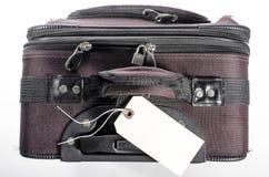 Abgenutzter Koffer mit Tag Lizenzfreie Stockfotos