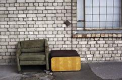 Abgenutzter Stuhl in der Straße Lizenzfreies Stockfoto