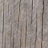 Abgenutzter und verwitterter vertikaler gekörnter hölzerner Hintergrund Lizenzfreies Stockfoto