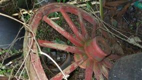 Abgenutztes altes hölzernes rotes Rad Lizenzfreies Stockbild