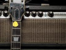Abgenutztes Ampere und E-Gitarre Stockfotografie