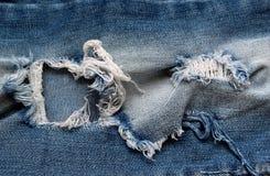 Abgenutztes Jeansblau zerrissen stockfotos