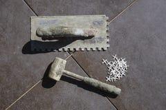 Abgenutztes Werkzeug für das Legen von Fliesen lizenzfreies stockfoto