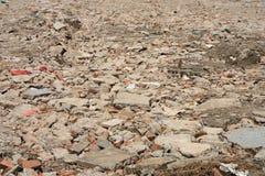 Abgeschaffte Ziegelsteine von zerstörtem Gebäude lizenzfreies stockbild