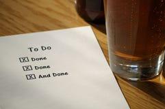 Abgeschlossen, um Liste mit Bier-Glas zu tun stockbild