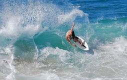 Abgeschöpft-Internatsschüler, der eine Uferbruchwelle an Aliso-Strand im Laguna Beach, Kalifornien reitet Lizenzfreie Stockfotos