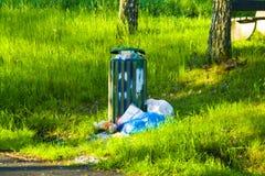 Abgesetzter Abfall an einer Haltebucht in Hessen, Deutschland stockbild