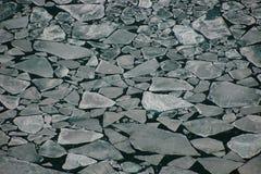 Abgespaltene Eisschollen, die in offenes Wasser schwimmen Stockfotografie
