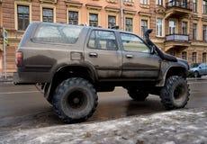 Abgestimmtes SUV-Auto, das auf der Straße von St Petersburg steht Lizenzfreie Stockfotos