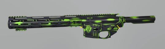 Abgestreifte AR15, die, unteres ober sind, Pufferrohr und das handguard, die mit Kampf getragenem Zombie gemalt wird, grünen Basi lizenzfreie stockfotografie