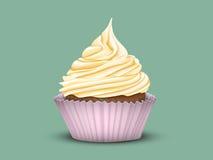 Abgestufte Creme des kleinen Kuchens in einer rosa Schale Stockfotos