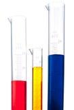 Abgestufte Zylinder der verschiedenen farbigen Chemikalien stockbilder