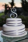 Abgestufter Hochzeitskuchen draußen Stockfoto