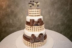 Abgestufter Kuchen elegante drei mit Schokoladenbändern und runden flachen Chips der weißen Schokolade stockbilder
