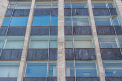 Abgetöntes städtisches Gebäude der Fenster Lizenzfreies Stockfoto