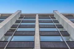 Abgetöntes städtisches Gebäude der Fenster Stockbild