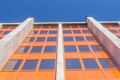 Abgetöntes städtisches Gebäude der Fenster Stockfoto