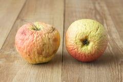 Abgetragener Apfel zwei auf hölzernem Hintergrund Lizenzfreies Stockbild