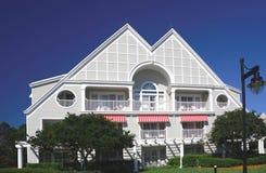 Abgetrennte zwei-sagenumwobene Hausfassade mit Terrasse Lizenzfreies Stockbild