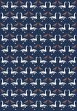 Abgewechselter Schwan Gooses und rote Tauben auf blauem Paperhanging Stockbilder