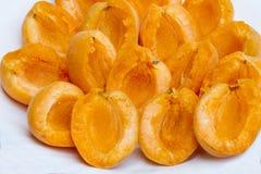 Abgezogene Aprikose auf einer Platte Abgezogene frische Aprikose auf einer weißen Platte ohne Gruben Gesund und Naturkost Stockbild