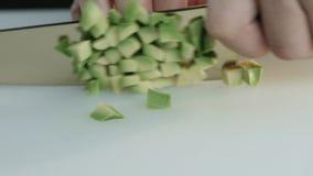 Abgezogene Avocado schnitt mit einem Messer in Scheibennahaufnahme stock video