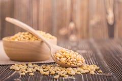 Abgezogene gelbe Sojabohne auf braunem hölzernem Brett Stockfoto