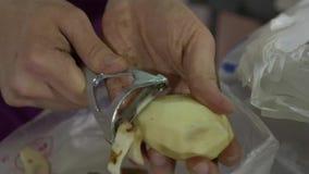 Abgezogene Kartoffeln in einer Schüssel Bemannen Sie ` s Hände, die Kartoffel in einer eco Tasche im Hintergrund säubern stock video footage