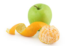 Abgezogene Mandarine und grüner Apfel Stockbild