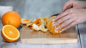 Abgezogene Orange auf hölzernem Schneidebrett stock video