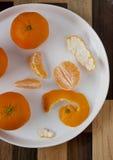 Abgezogene Tangerine auf Platte Lizenzfreie Stockfotos