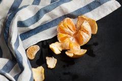 Abgezogene Tangerine liegt auf dem Brett Lizenzfreies Stockfoto