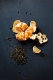 Abgezogene Tangerine liegt auf dem Brett Es gibt Tropfen des Safts herum Stockbilder