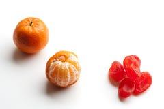 Abgezogene Tangerine- oder Mandarinenfrucht und kandierte orange Frucht lokalisiert auf weißem Hintergrund Stockfoto