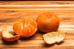 Abgezogene und ganze Tangerine Stockfotos