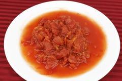 Abgezogene und gehackte Tomaten Stockbilder