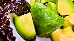 Abgezogene und geschnittene Avocado Lizenzfreie Stockfotografie