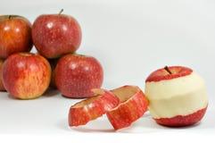 Abgezogener Apfel getrennt stockfotos