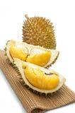 abgezogener Durian getrennt auf weißem Hintergrund. Stockfotografie