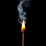 Abgleichung in der Flamme und im Rauche Lizenzfreies Stockfoto