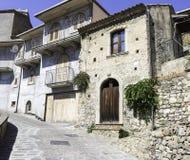 Abhang-Häuser in Savoca, Italien lizenzfreie stockfotos